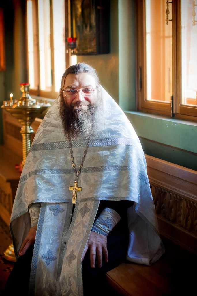Фотография священника с таинства крещения. Фотограф Татьяна Горина.