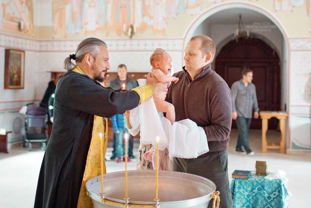 Фотография ребенка в купели. Фотограф Татьяна Горина.
