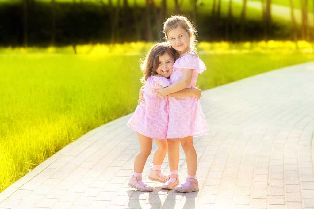 Сестрички на прогулке