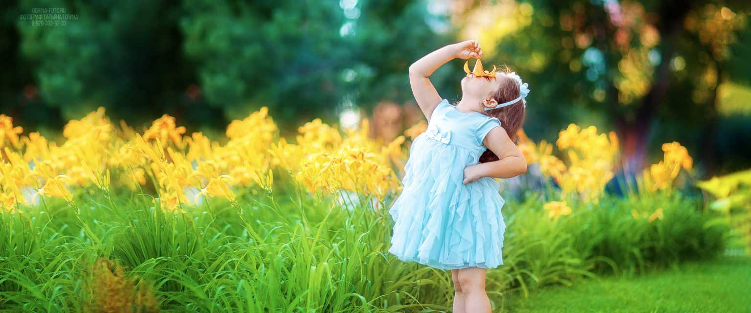 Девочка в саду. Фотограф Татьяна Горина