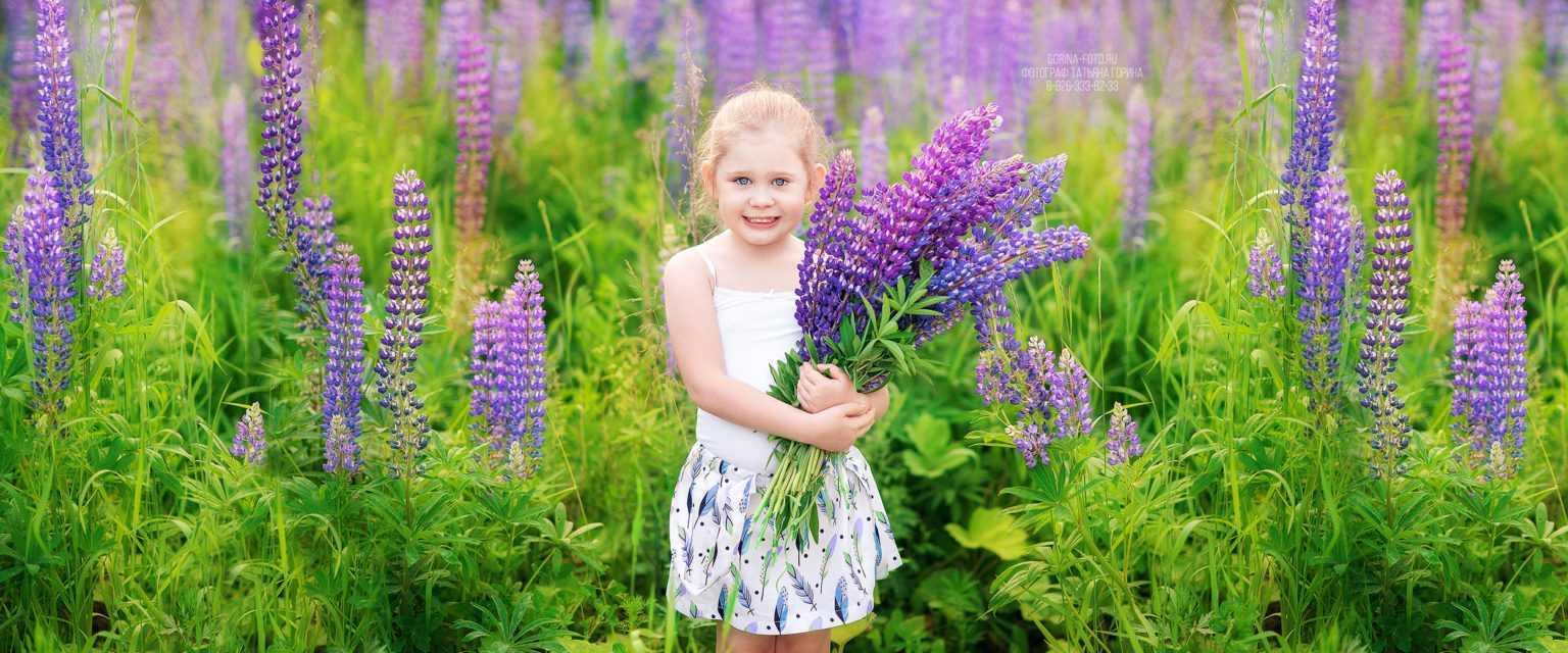 Девочка с цветами в Коммунарке. Фотограф Татьяна Горина